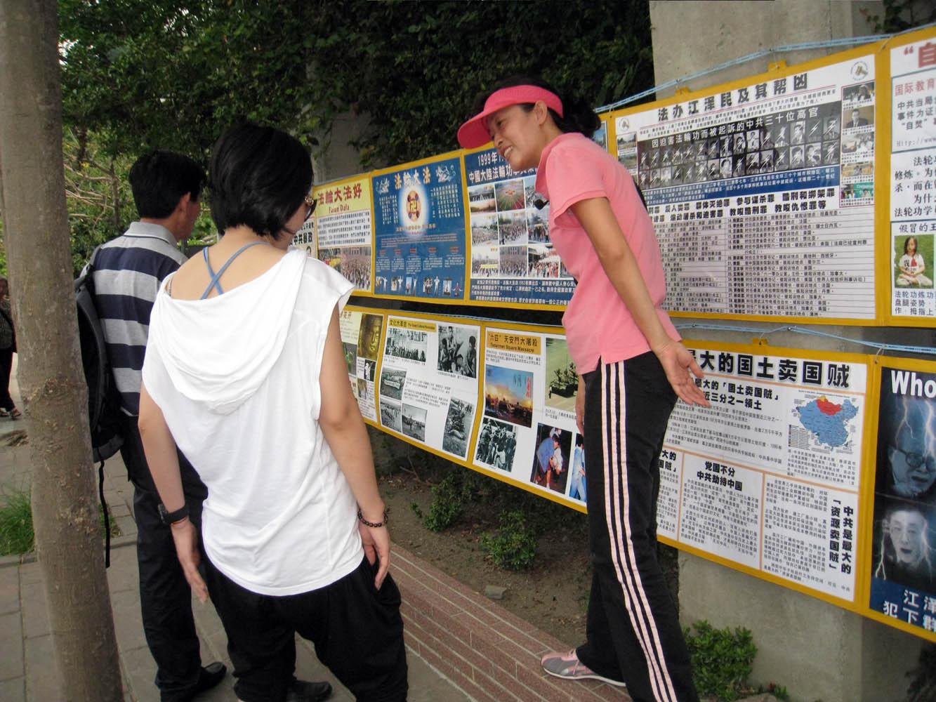 臺灣西子灣掀起大陸遊客退黨熱(圖) 【明慧網】