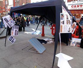 暴徒衝擊英國退出中共服務中心活動現場