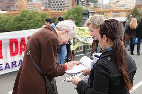 民眾紛紛簽名,支持法輪功反迫害