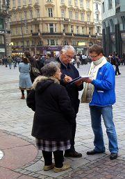 法輪功學員在史坦芬教堂前徵簽
