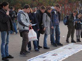 波蘭法輪功學員在華沙市中心地鐵廣場揭露中共活摘器官等迫害法輪功學員的罪行。