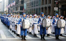 二零一二年紐約老兵節遊行中法輪功學員的隊伍