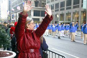 來自布朗士區的費麗斯(Phyllis)女士正在模仿法輪功學員的煉功動作