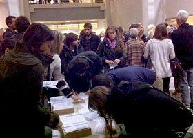 觀看真相影片後,日內瓦大學師生踴躍簽名譴責中共活摘器官暴行。