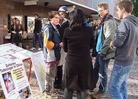 歐洲法輪功學員在德國大學名城弗萊堡徵簽,揭露中共活摘法輪功學員器官。