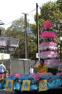 '圖2:南澳法輪功學員精心製作的蓮花塔花車。'