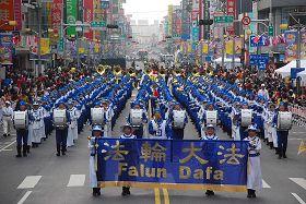 '天國樂團行進在嘉義市最熱鬧的中山路圓環,民眾夾道歡呼'