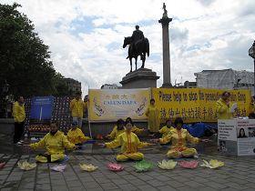 2012年7月20日英國法輪功學員在倫敦鴿子廣場北角舉行講真相呼籲制止迫害活動