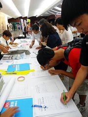 了解真相的民眾、學生紛紛簽名支持營救鍾鼎邦