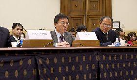 法輪功學員李海(中)在美國國會聽證會上揭露中共迫害