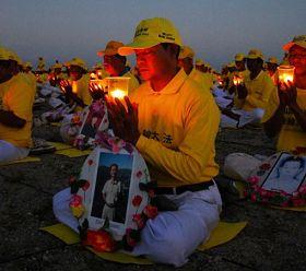 印尼巴釐島法輪功學員在Mertasari的沙努爾海灘舉行燭光悼念活動