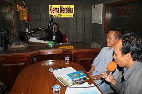 法輪功學員參加巴釐島登巴薩「獨立回聲廣播電台」的現場直播節目,介紹功法