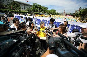 台灣法輪大法學會理事長張清溪教授向媒體說明今天記者會的訴求。