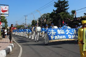 法輪大法天國樂團打頭陣,引領遊行隊伍前進。