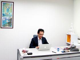 「追求真理」是莊嘉元董事長一生的志向。圖為莊嘉元在辦公室上班。