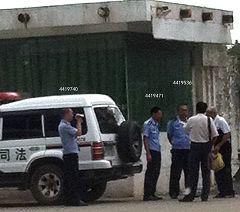 警員在給朱宇飆律師和他的父親錄像,圖中數字為那幾個警員的警號