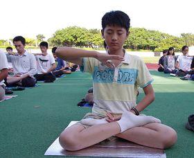 年僅十二歲的少年正在煉法輪大法第五套功法
