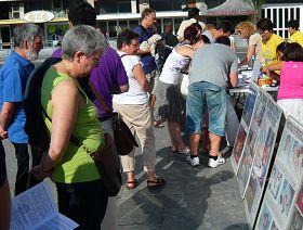 聖賽巴司蒂安市民及來自世界各地的遊客簽字聲援法輪功反迫害