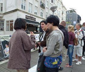 '丹麥奧爾胡斯文化週上,遊客駐足了解法輪功真相'