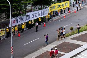 '「停止迫害」的聲浪觸動著現場每一位路人和媒體攝影機的聚焦'