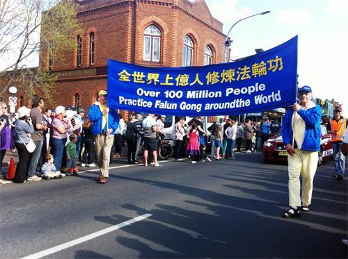法輪功學員參加澳洲寶柔鎮鬱金香花節遊行