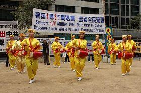 '在墨爾本市中心城市廣場舉行聲援一億三千萬中國人「三退」集會,腰鼓隊表演助陣'