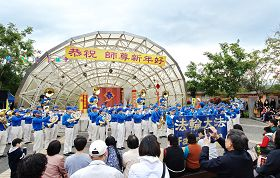 法輪功學員表演才藝,恭祝師尊新年好
