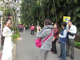 遊客爭相拍照,把「仙女」的祝福帶回去
