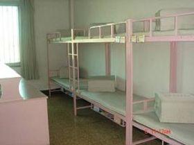 法輪功學員被指定睡在一個特定床位上,一般是下鋪中間的那張床,因為那是電腦監控最清楚的位置