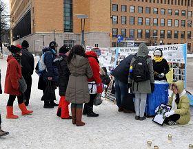 赫爾辛基火車站旁的廣場上,人們排隊簽名,聲援法輪功反迫害