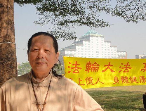 '黃南榮先生表示,法輪功學員的師父很辛苦,讓一大群人因為修煉身心提升,對人類社會有莫大的貢獻,令他很感佩。'