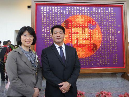 龍紹林(右)與當初至綠島弘法的學員吳安桃女士合影。