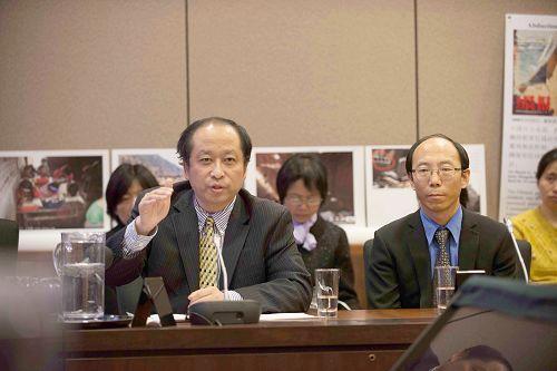 加拿大法輪大法學會主席李迅(左)和法輪功學員何立志(右)參加了圓桌會議並發言