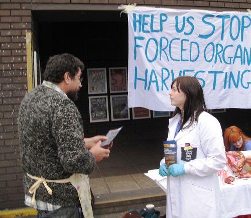 圖6:在卡迪夫大學學生會大樓前做生意的攤主英國人大衛主動走過來在反活摘徵簽表上簽字