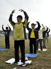 參加台灣青年學員交流營的法輪功學員早晨煉功