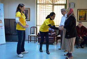 兩位老人在學員們的幫助下認真地學習功法