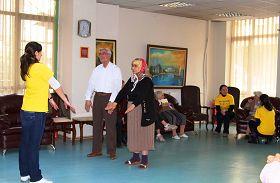 學員們以教功、問答形式與老人們長時間互動