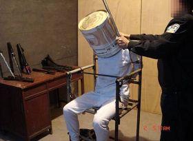 中共酷刑演示:鐵桶敲頭
