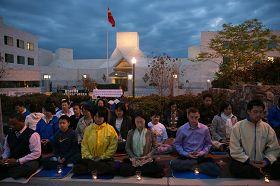 '參加集會的華府法輪功學員點燃了燭光,呼喚正義良知,早日結束迫害'