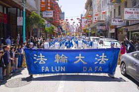 法輪功學員遊行慶祝法輪大法日