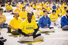 五月十二日紐約法輪功學員於紐約曼哈頓富利廣場集體煉功