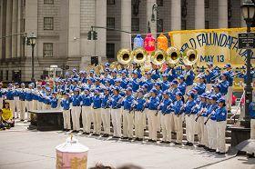 天國樂團在紐約曼哈頓富利廣場表演