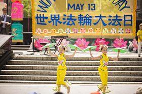 蓮花﹑濛濛在紐約曼哈頓富利廣場表演舞蹈