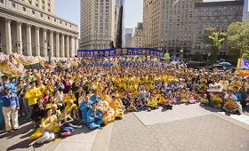 全體紐約大法弟子於紐約曼哈頓富利廣場祝師尊生日快樂