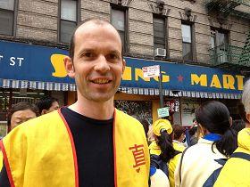 '來自瑞士的法輪功學員希勒萬Silvan感到遊行充滿了力量'