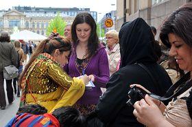 世界村活動中,人們紛紛簽名譴責中共迫害法輪功