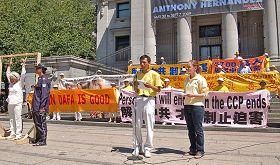 '圖1:二零零九年七月十九日,在溫哥華法輪功反迫害十週年集會上,張忠余呼籲國際社會制止中共對法輪功學員滅絕人性的迫害'