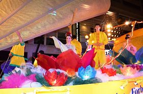 法輪功學員參加美國波特蘭市「玫瑰節星光遊行」