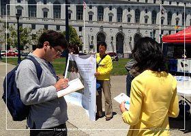 '了解真相的民眾紛紛在呼籲國會議員支持「281號決議案」的徵簽表上簽名。'
