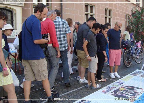 '德國弗萊堡市「制止中共活摘器官」徵簽活動,人們駐足了解真相'